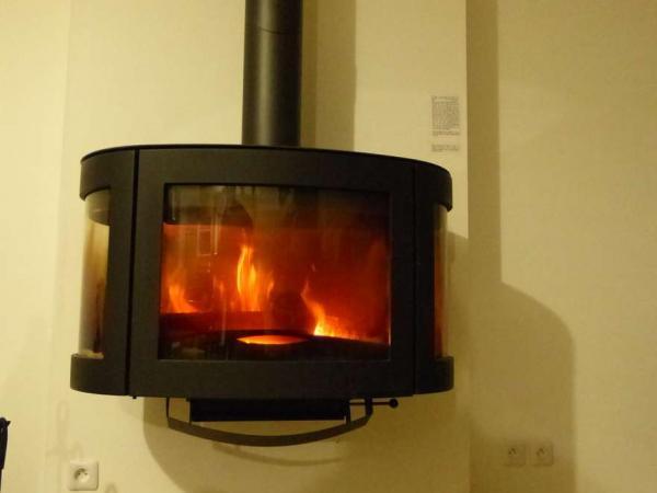 Superbe poêle vitré en fonte / Superb cast-iron wood burning stove