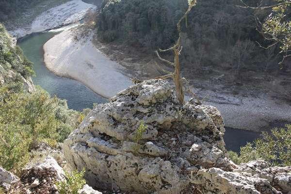 Un sentier de randonnée parcourt les gorges / a hiking track follows the gorge