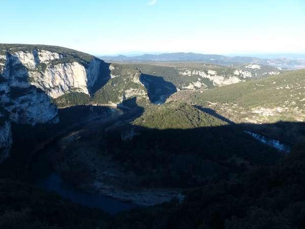 La route des gorges surplombe les falaises sur 20 km / the road follows the cliffs edge for 20km