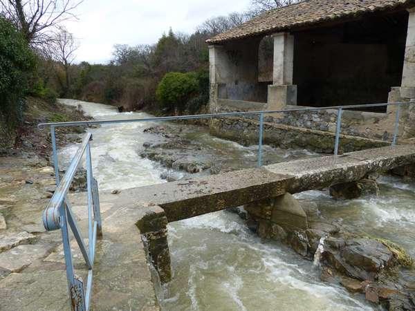 Un ruisseau traverse le village, là le lavoir lors d'une grosse pluie / A stream passes through the village, here the wash house during heavy rain