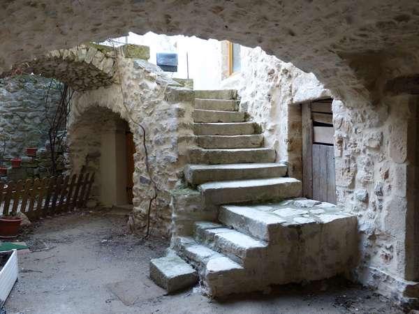 De nombreux escaliers extérieurs / Many exterior stairways