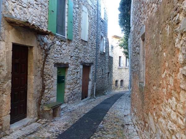 Des rues étroites vestige d'une période sans voiture / Narrow streets recall a time without cars